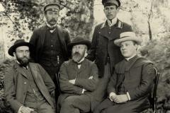 Kalbininkai-Seinuose.-Pirmas-iš-kairės-sėdi-Jurgis-Šlapelis-Jonas-Jablonskis-kun.-Juozas-Laukaitis-stovi-Kazimieras-Būga-Juozas-Balčikonis.-1909-m.