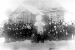 9-Moksleiviai-prie-nulipdyto-sniego-senio-Dusetos-Children-with-a-snowman-Dusetos
