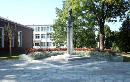 bugos-paminklas-prie-gimnazijos
